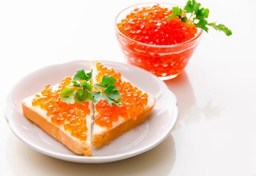 Красная икра с тостами